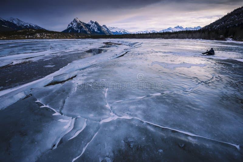 Tramonto di inverno sopra il letto di fiume congelato fotografia stock libera da diritti