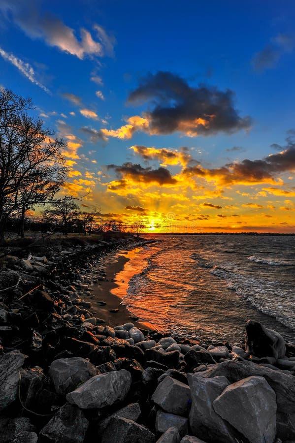 Tramonto di inverno su una spiaggia della baia di Chesapeake fotografia stock libera da diritti