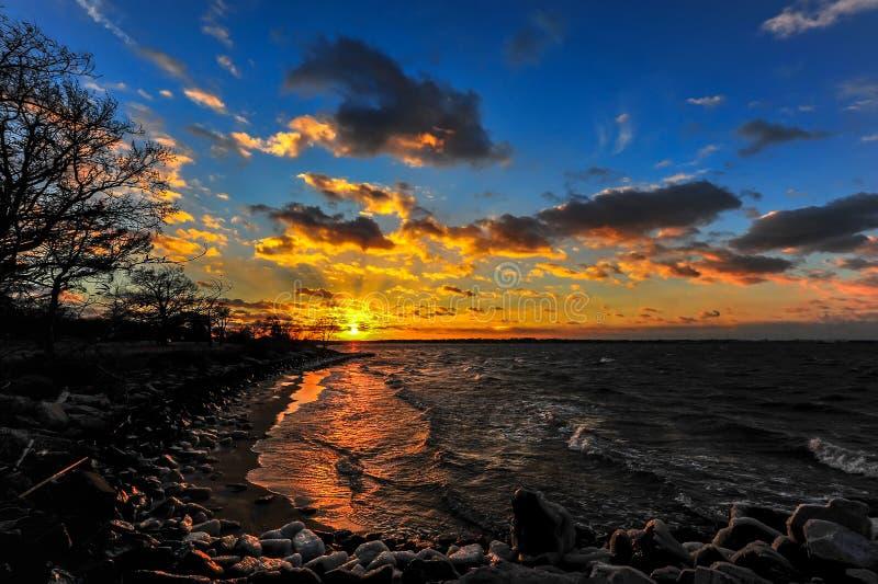 Tramonto di inverno su una spiaggia della baia di Chesapeake fotografie stock libere da diritti