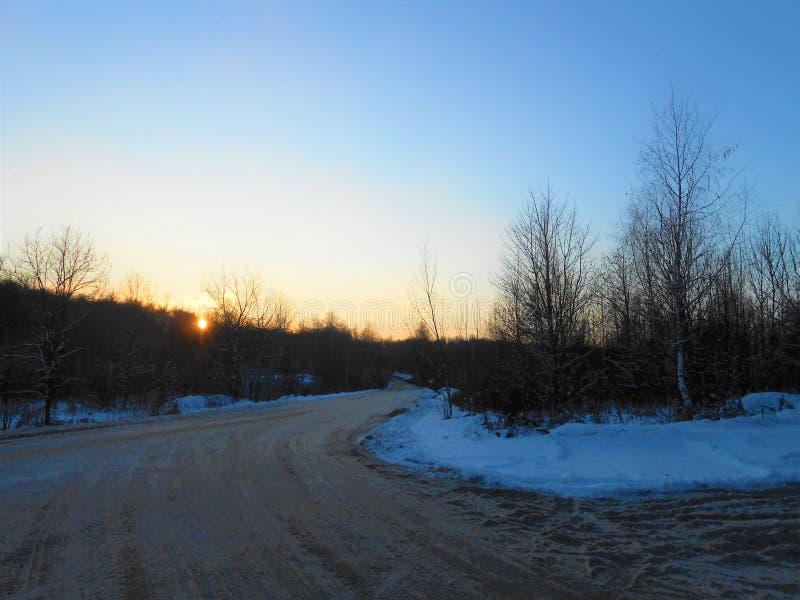 Tramonto di inverno sulla strada immagini stock libere da diritti