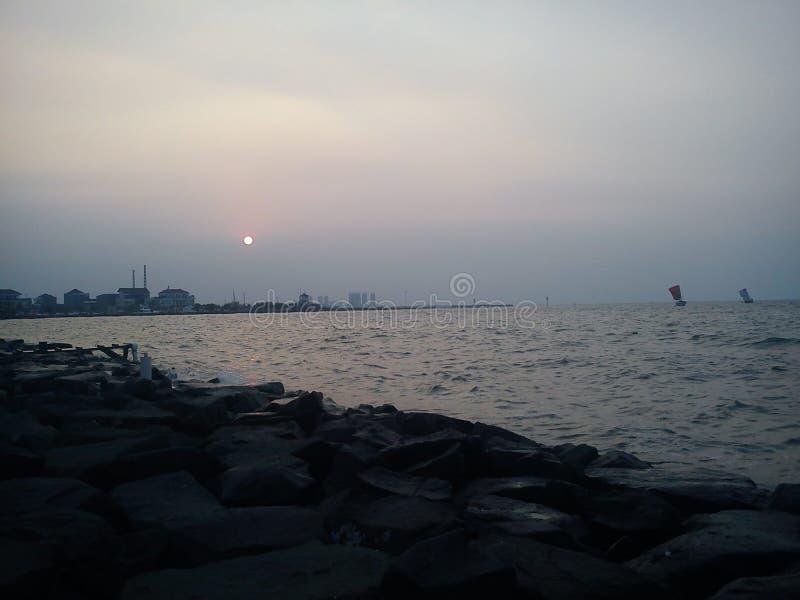 Tramonto di Jakarta Indonesia della spiaggia di Ancol immagini stock libere da diritti
