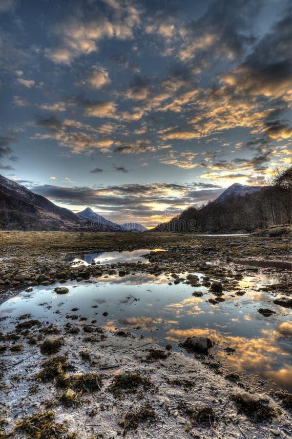 Tramonto di Kinlochleven negli altopiani della Scozia fotografia stock libera da diritti