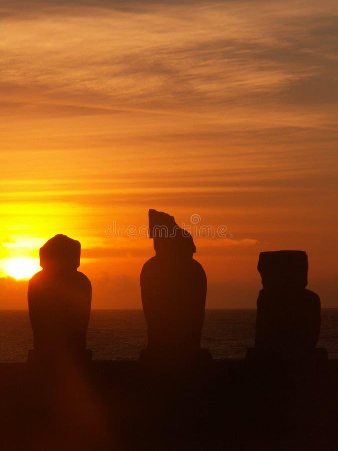 Tramonto di Moai dell'isola di pasqua fotografie stock