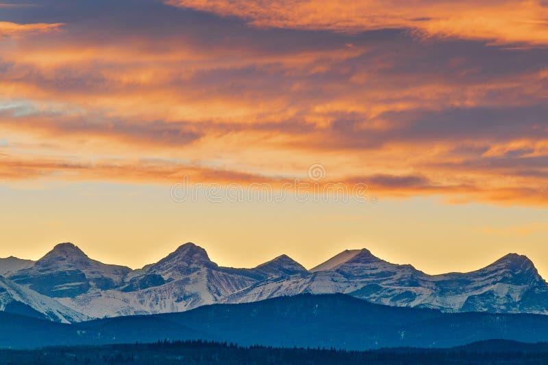 Tramonto di Montagne Rocciose del canadese fuori di Calgary, Alberta, Canada fotografie stock