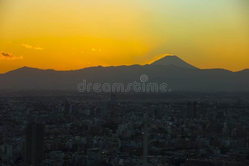 Tramonto di Mt Fuji sopra Tokyo fotografia stock libera da diritti