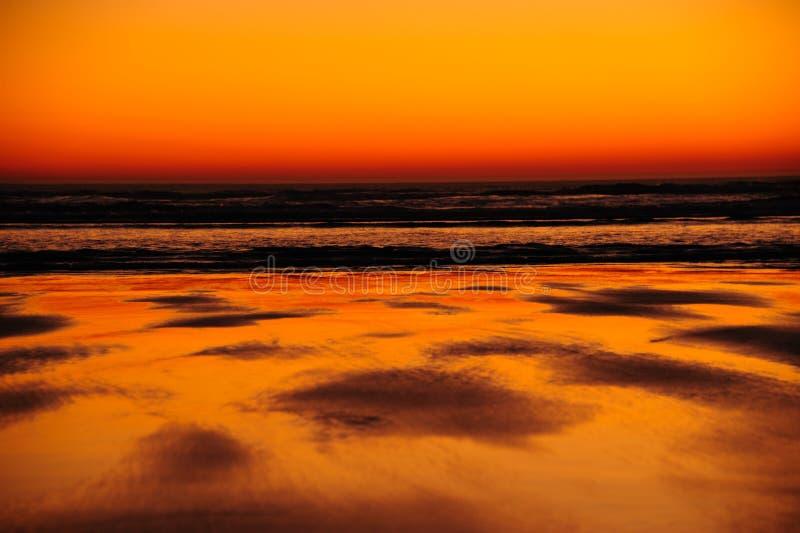 Tramonto di pace in fine - sul litorale dell'Oregon fotografia stock libera da diritti