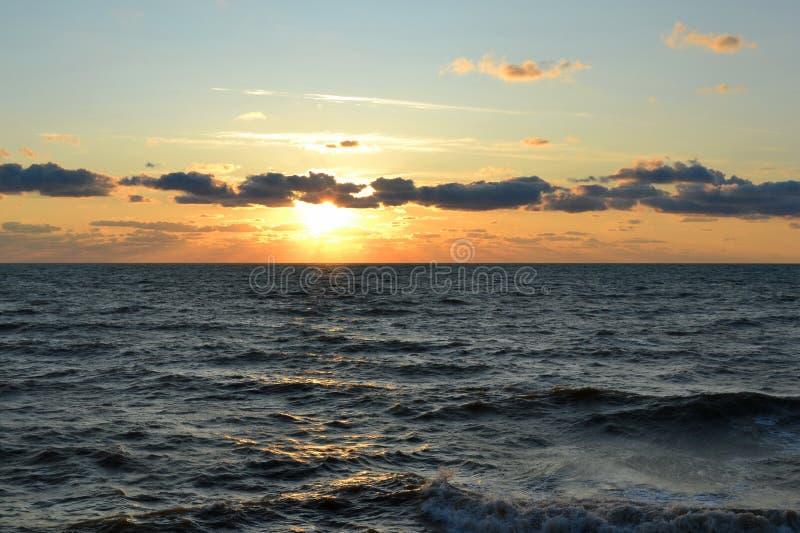 Tramonto di sera sul Mar Nero fotografia stock