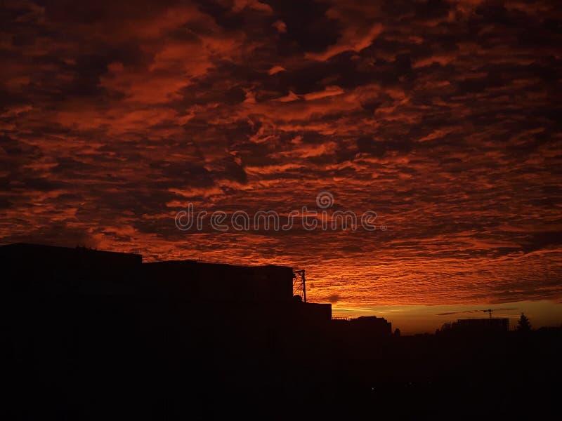 Tramonto di settembre e un cielo rosso fotografie stock