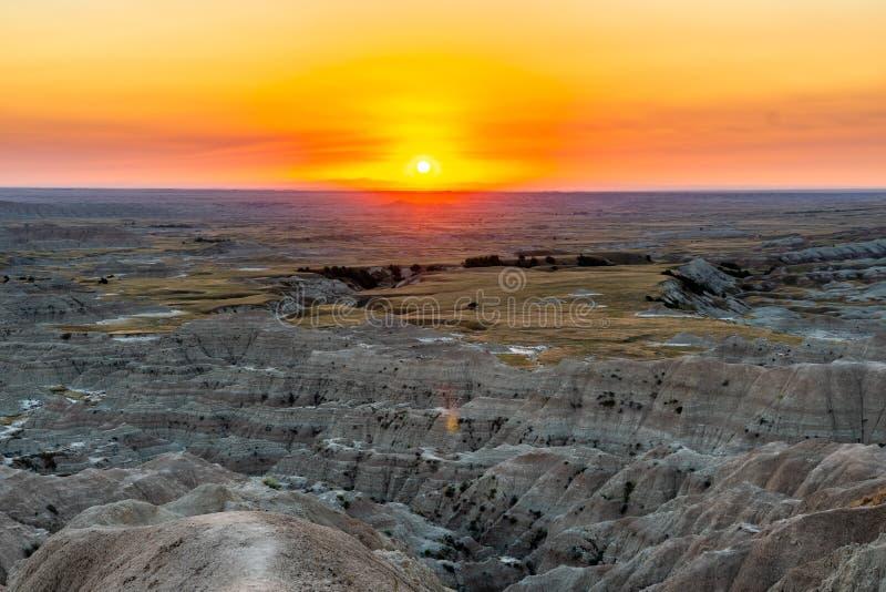 Tramonto di sorveglianza al Sud Dakota dei calanchi fotografia stock