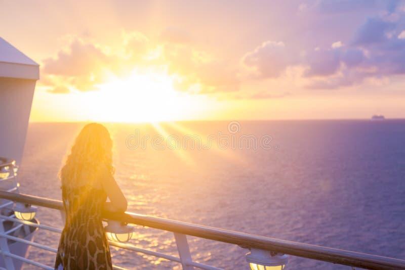 Tramonto di sorveglianza biondo dalla nave da crociera in mare caraibico vicino al phi immagine stock