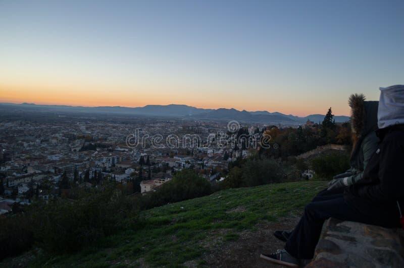 Tramonto di sorveglianza della gente all'allerta di Abogado del di Mirador del Barranco a Granada, Spagna fotografia stock libera da diritti