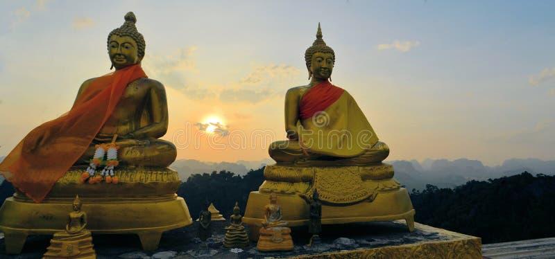 Tramonto di sorveglianza di Buddhas al tempio della montagna fotografia stock