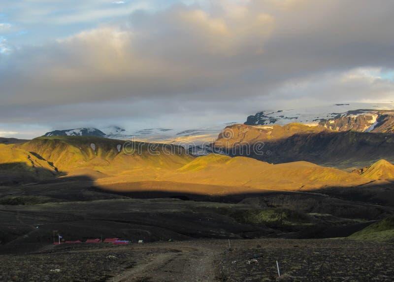 Tramonto di stordimento con e ghiacciaio di Myrdalsjokull, caldera di Katla, Botnar-Ermstur, traccia di Laugavegur, Islanda del s fotografie stock