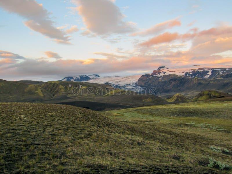 Tramonto di stordimento con e ghiacciaio di Myrdalsjokull, caldera di Katla, Botnar-Ermstur, traccia di Laugavegur, Islanda del s immagine stock