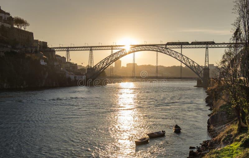 Tramonto di stupore al ponte di Dom Luis I, Oporto fotografia stock libera da diritti