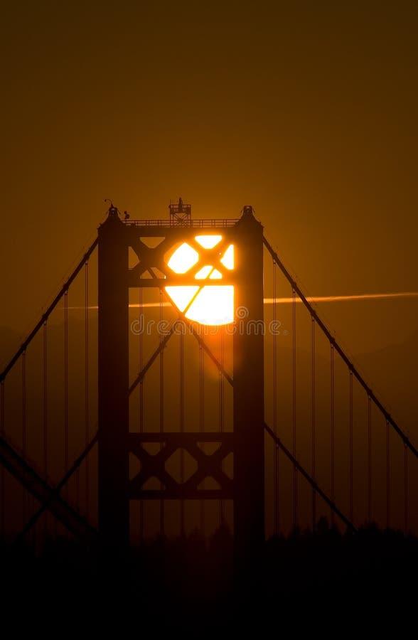 Tramonto dietro il ponticello di stretti di Tacoma immagini stock