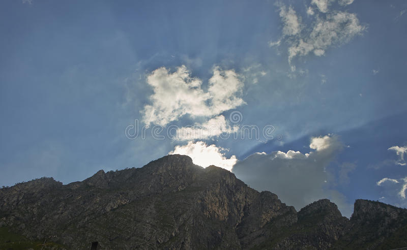 Tramonto dietro la montagna fotografie stock