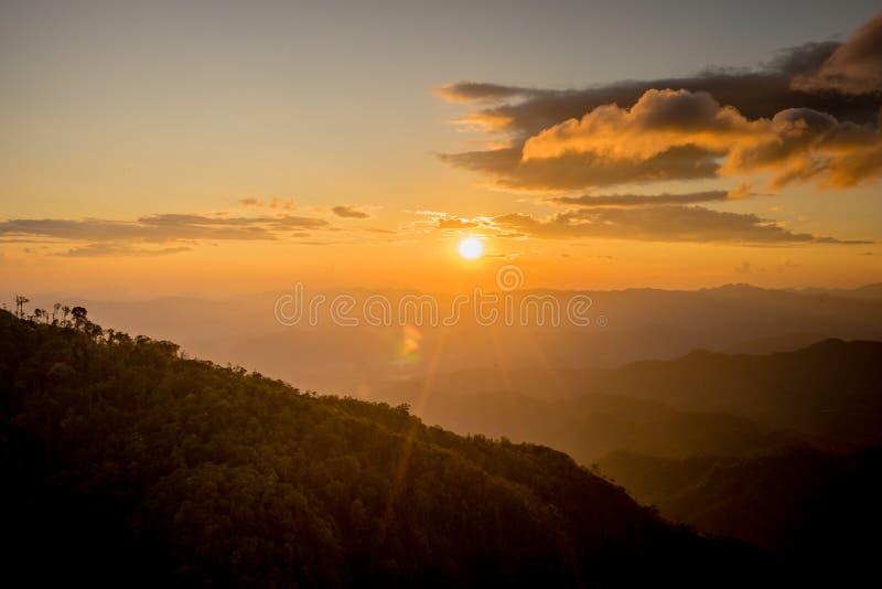 Tramonto dietro la montagna a Doi Thule, Tak, Tailandia fotografie stock