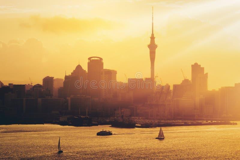 Tramonto dorato alla città di Auckland, Nuova Zelanda fotografie stock