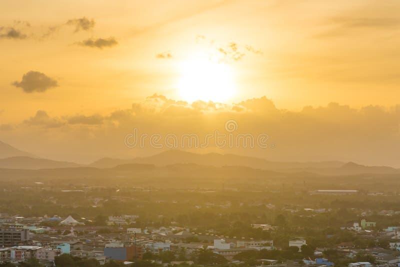 Tramonto dorato brillante sopra la città di Hadyai, Tailandia il giorno nuvoloso nel giorno di estate immagine stock libera da diritti