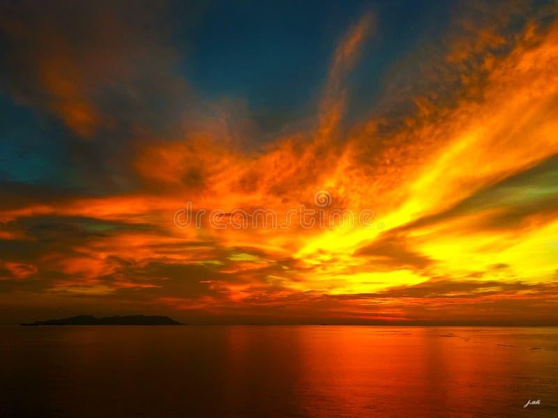 Tramonto dorato maestoso a Tanjung Pelepas, Malesia fotografia stock libera da diritti