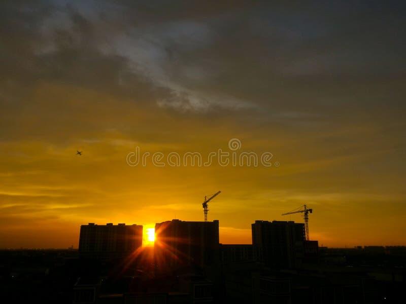 Tramonto dorato nella città, Jakarta Indonesia, costruzione nella città fotografie stock