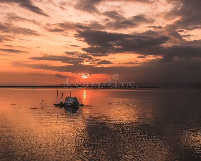 Tramonto dorato sopra l'oceano fotografia stock
