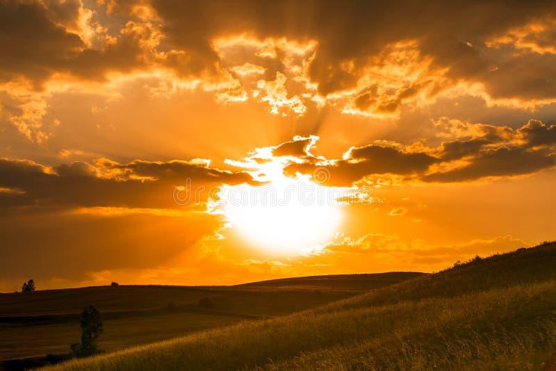 Tramonto dorato sopra le colline fotografia stock libera da diritti