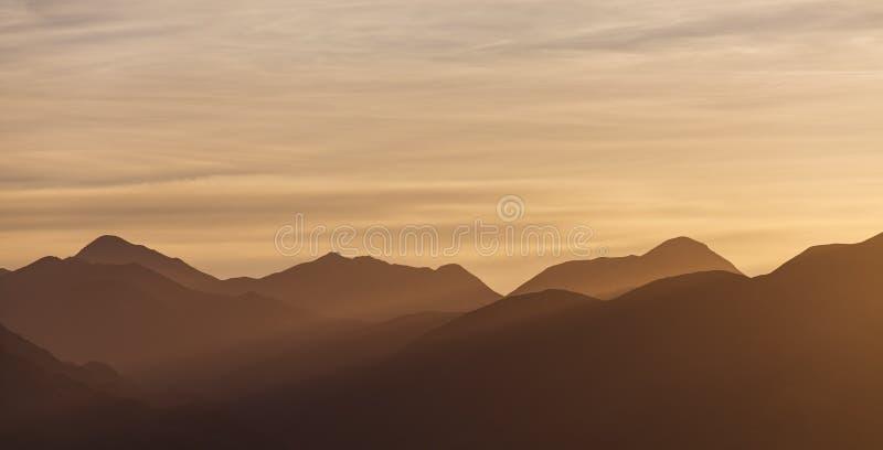 Tramonto dorato sopra le colline di Canterbury, Nuova Zelanda fotografie stock libere da diritti