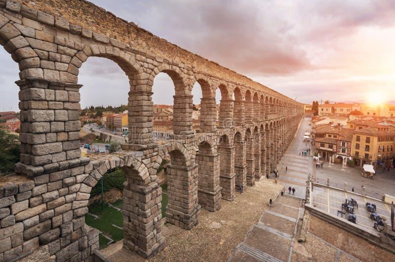 Tramonto drammatico in aquedotto famoso di Segovia, Castiglia y Leon, Spagna fotografia stock libera da diritti