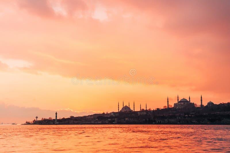 Tramonto drammatico sopra la moschea blu e Hagia Sophia, Costantinopoli - Tu fotografia stock libera da diritti