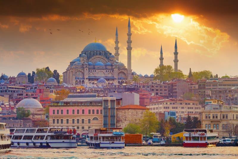 Tramonto drammatico sopra la moschea di Suleymaniye a Costantinopoli, Turchia fotografia stock libera da diritti