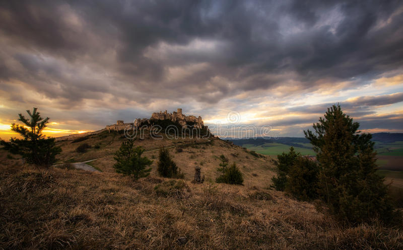 Tramonto drammatico sopra le rovine del castello di Spis in Slovacchia fotografia stock libera da diritti