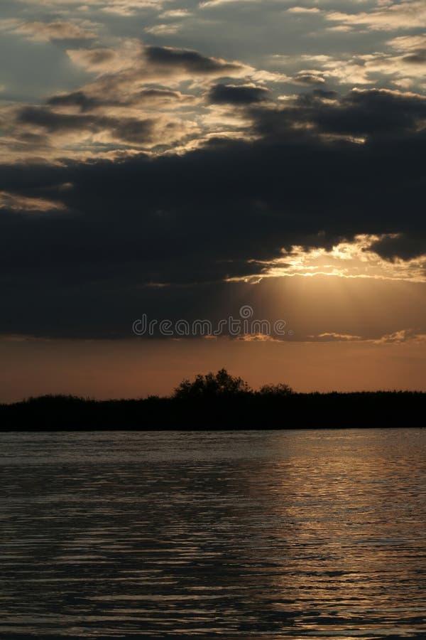 Tramonto drammatico sul ritratto del fiume di Danubio fotografie stock libere da diritti
