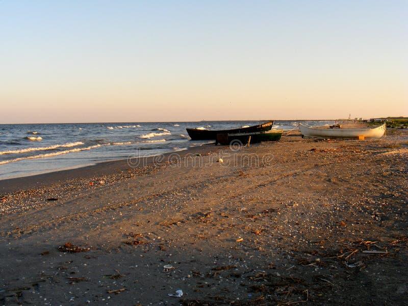 Tramonto drammatico sulla spiaggia di Corbu al Mar Nero, Romania, una di spiaggia vergine più bella in Europa fotografia stock
