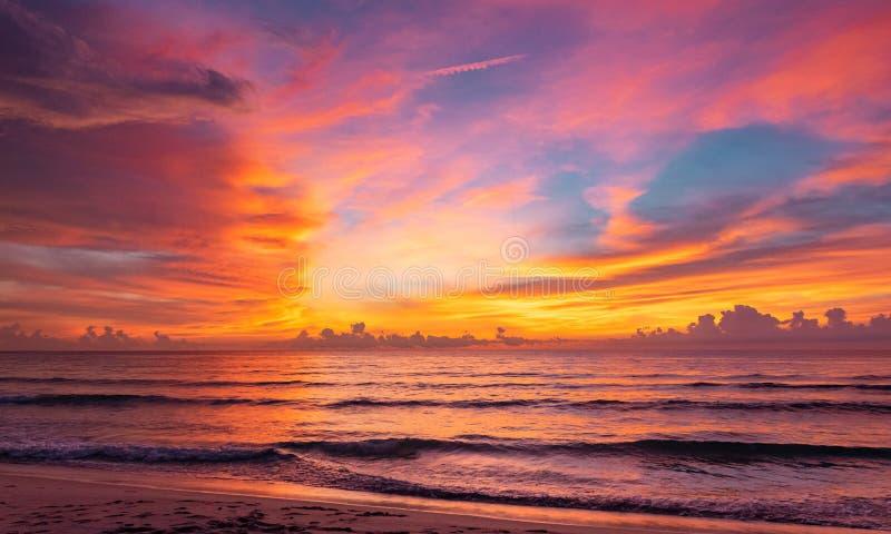Tramonto drammatico in una spiaggia a nord del Borneo, Malesia immagini stock