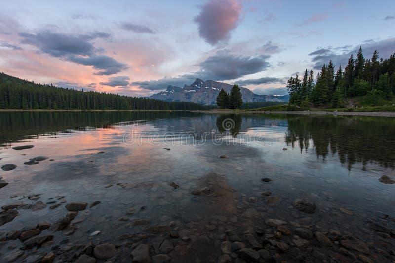 Tramonto a due Jack Lake nel parco nazionale di Banff, Canada immagini stock