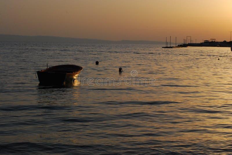 Tramonto e barca fotografie stock