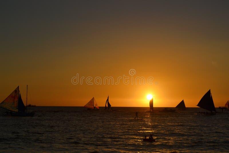 Tramonto e barche a vela nell'isola di Boracay fotografia stock libera da diritti