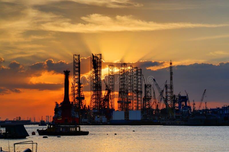 Tramonto e cantiere navale immagine stock libera da diritti