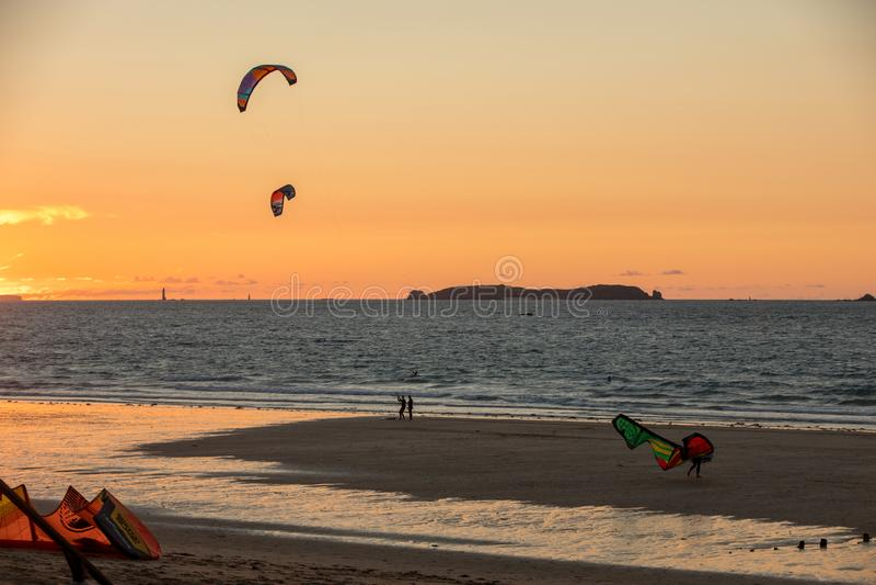 Tramonto e Kitesurfers sulla spiaggia in Saint Malo, Bretagna, Francia fotografia stock