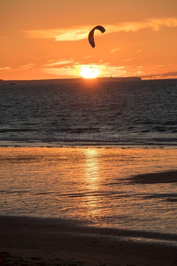 Tramonto e Kitesurfers sulla spiaggia in Saint Malo, Bretagna, Francia immagini stock libere da diritti