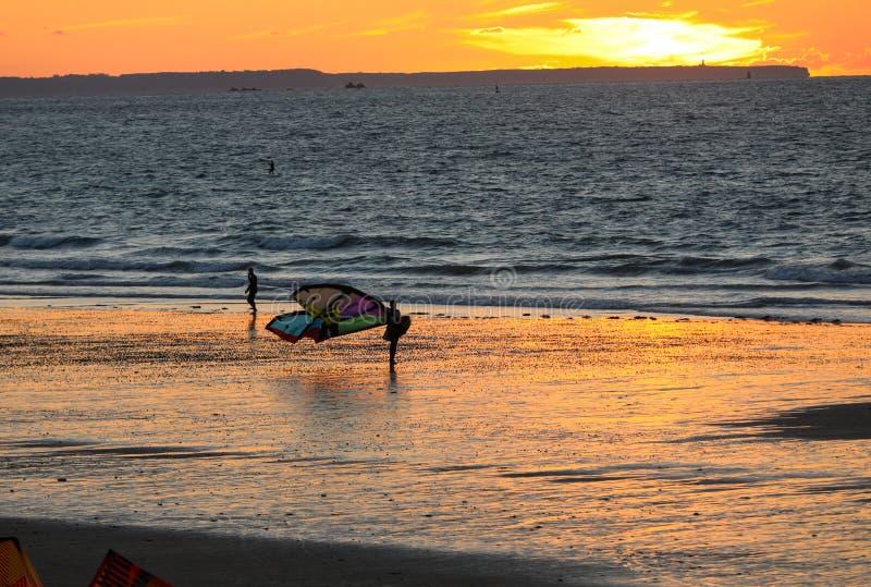 Tramonto e Kitesurfers sulla spiaggia in Saint Malo, Bretagna, Francia immagini stock