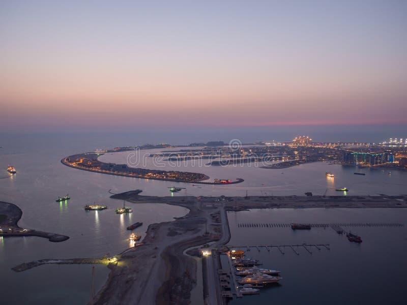 Tramonto e notte sopra le isole artificiali del Dubai Timelapse fotografie stock