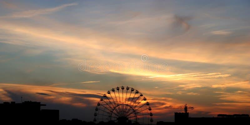 Tramonto e una rotella di Ferris fotografia stock libera da diritti