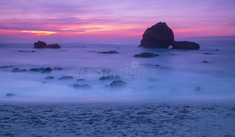 Tramonto ed onde sulla spiaggia a Biarritz fotografia stock