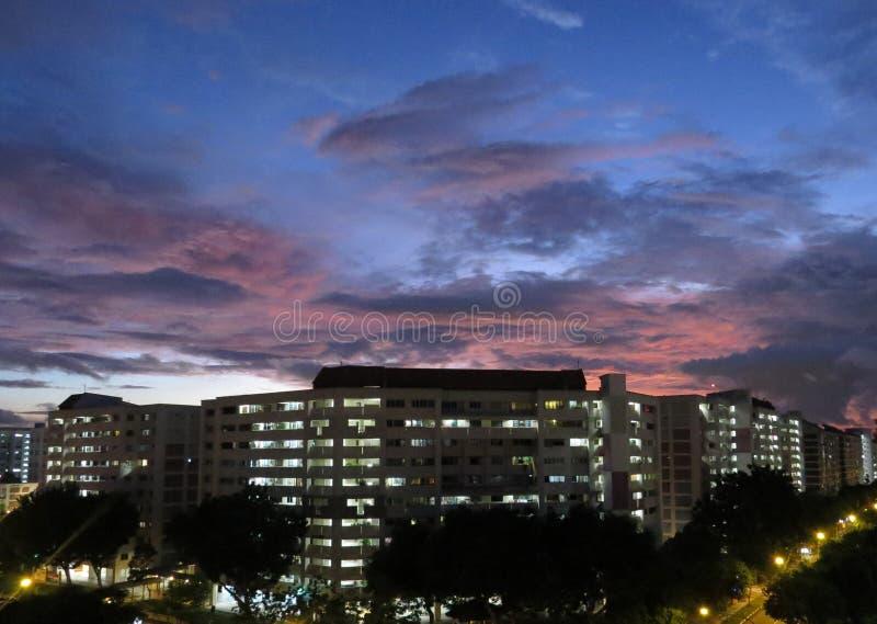 Tramonto in edilizia popolare di Singapore fotografie stock