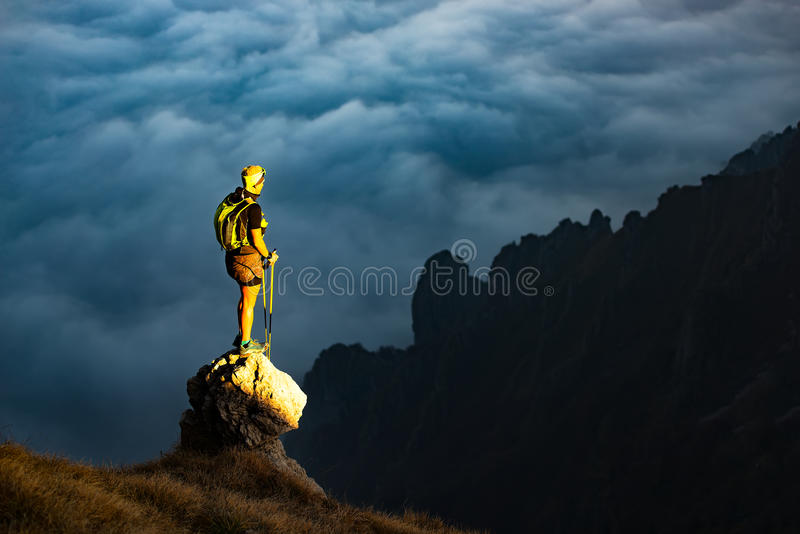 Tramonto fantastico in montagne con la viandante su una pietra dove lui arr immagini stock libere da diritti