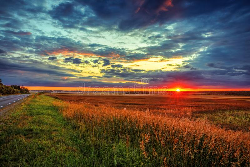 Tramonto fantastico sopra i campi nella campagna fotografie stock libere da diritti