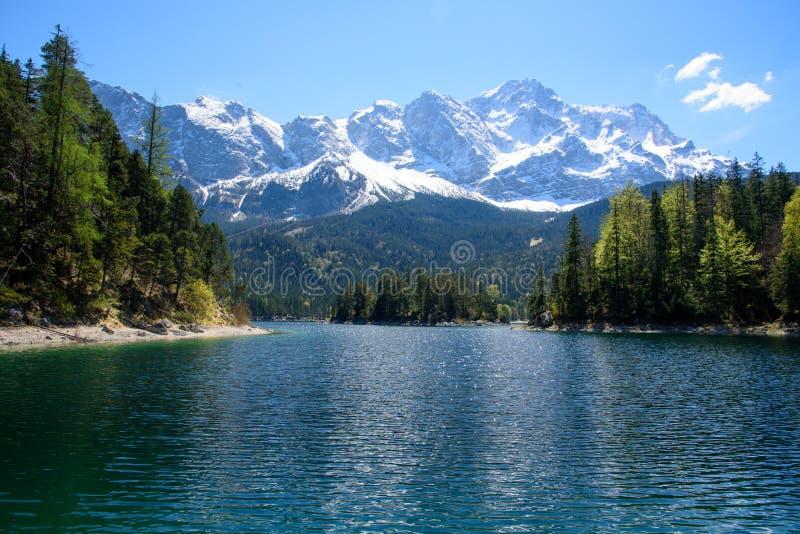 Tramonto fantastico sul lago Eibsee della montagna, situato in Baviera, la Germania Scena insolita drammatica Alpi, Europa immagine stock libera da diritti